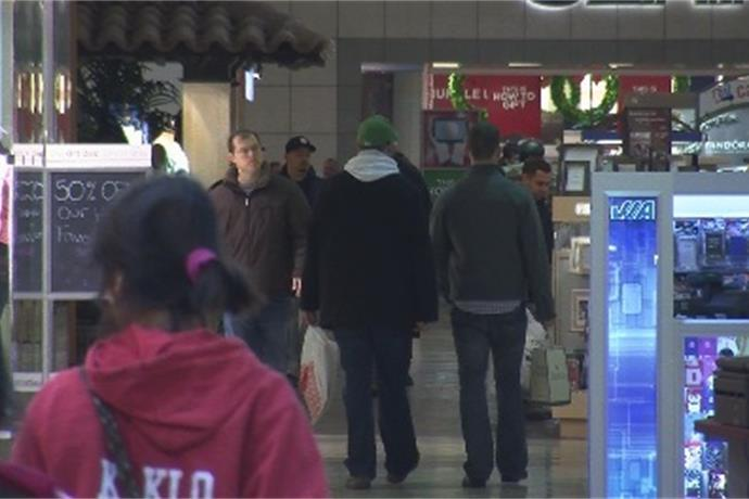 Central New Yorkers hit the stores for last minute holiday shopping _7926883201842105868