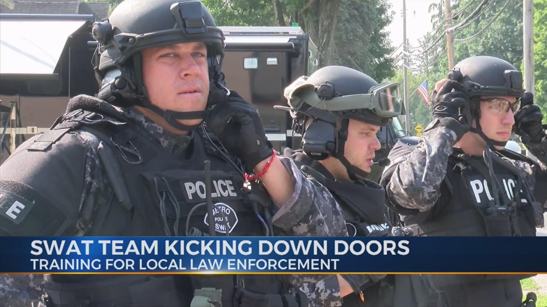 SWAT_Team_Kicking_Down_Doors_0_20180815224031